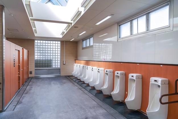 Männliche öffentliche toilette am autorastpunkt, japan
