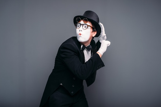 Männliche pantomime schauspieler spaß durchführen