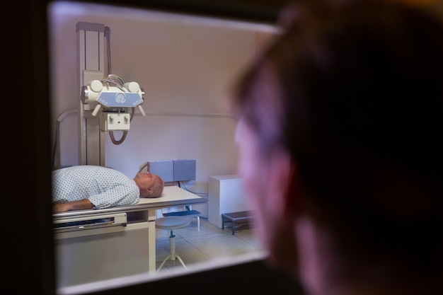 Männliche patienten gehen durch röntgentest