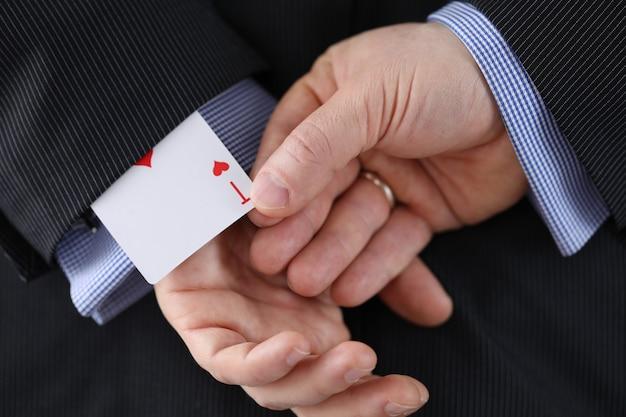 Männliche person, die gerne poker spielt