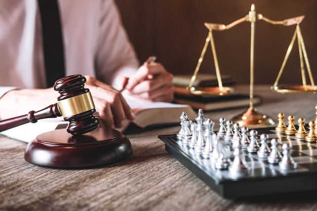 Männliche rechtsanwälte, die in einer kanzlei im amt arbeiten. konzepte der rechtsberatung
