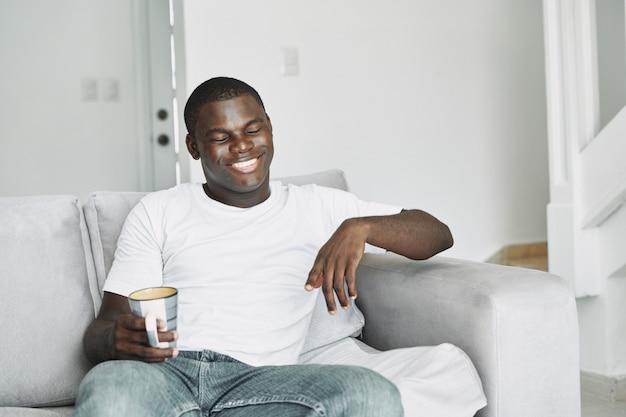 Männliche schwarze erkältung, grippe, virus, krankheit