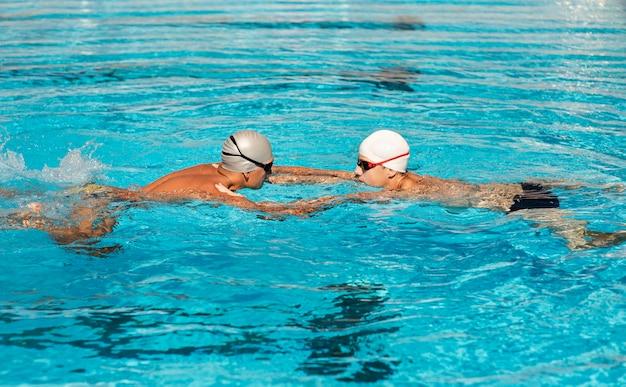 Männliche schwimmer, die im pool schwimmen