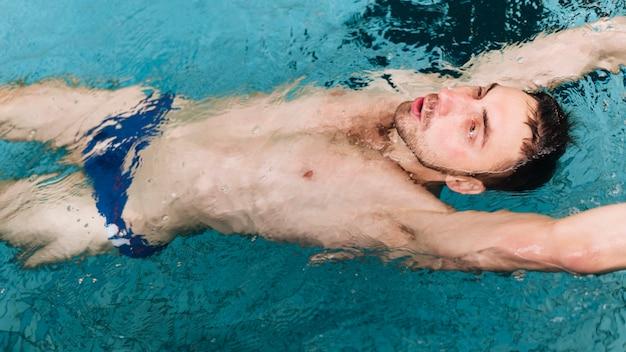Männliche schwimmerübung des hohen winkels