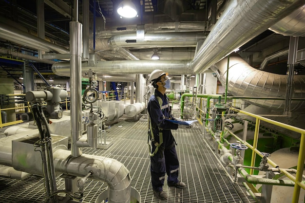 Männliche sichtkontrolle des arbeiters in kontrollraumventiltank-pipeline-kraftwerken