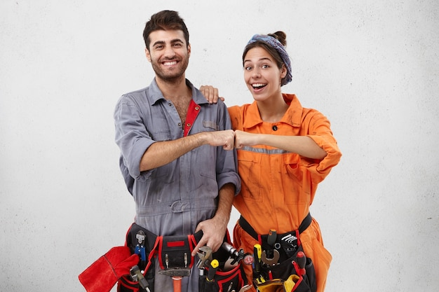 Männliche und weibliche arbeiter, die arbeitskleidung tragen
