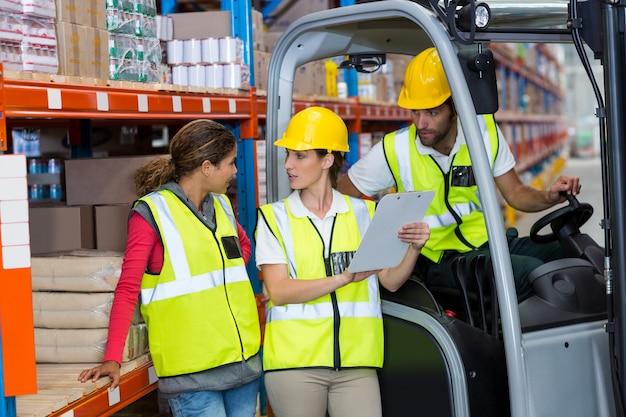 Männliche und weibliche arbeiter diskutieren über zwischenablage