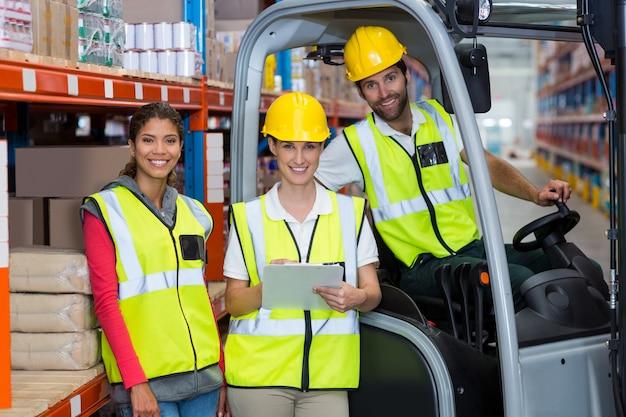 Männliche und weibliche arbeiter lächeln zusammen