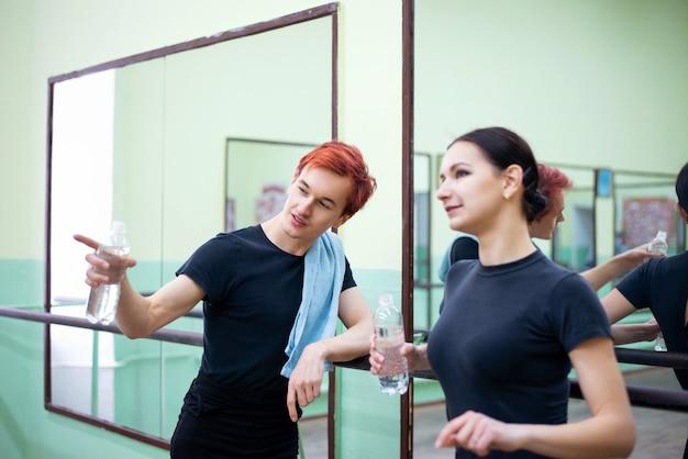 Männliche und weibliche balletttänzer mit einer trainingspause