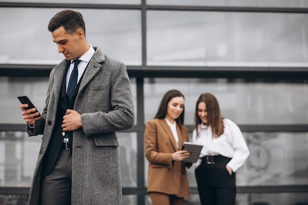 Männliche und weibliche geschäftsleute, die auf tablette im büro arbeiten