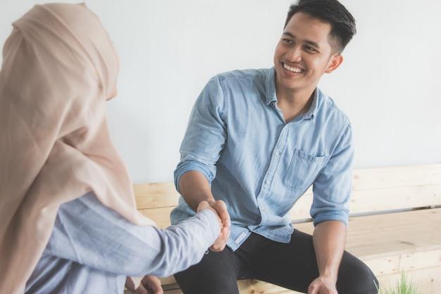 Männliche und weibliche geschäftspartner händeschütteln