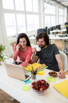 Männliche und weibliche grafik-designer laptop