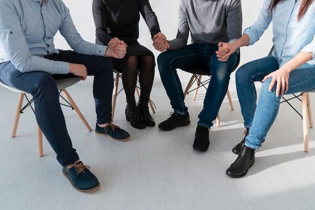 Männliche und weibliche hände, die hände anhalten