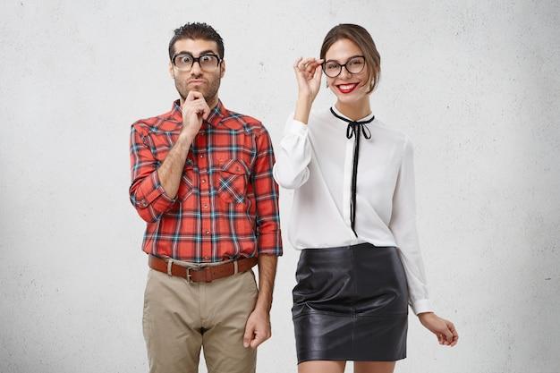 Männliche und weibliche kollegen stehen nebeneinander