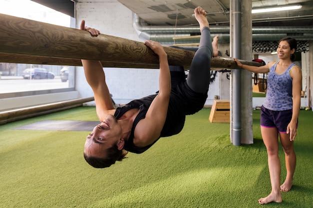 Männliche und weibliche sportler machen funktionelles training