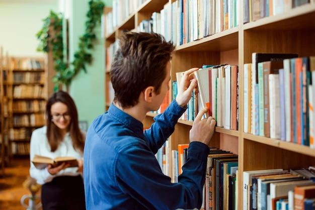 Männliche und weibliche studenten in der bibliothek