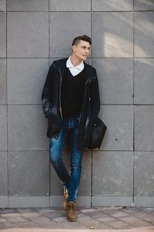 Männliche vorbildliche aufstellung des modehippies im freien