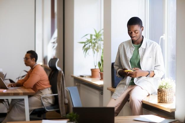 Männlicher angestellter bei seinem neuen bürojob