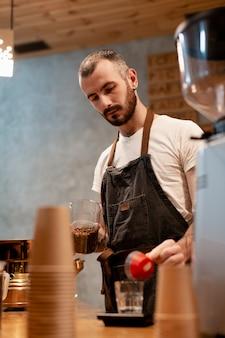 Männlicher angestellter des niedrigen winkels der kaffeestube