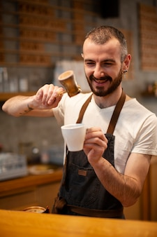 Männlicher angestellter des smiley der kaffeestube