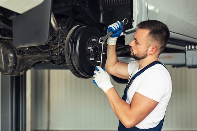 Männlicher angestellter des vorderansichtautoservices