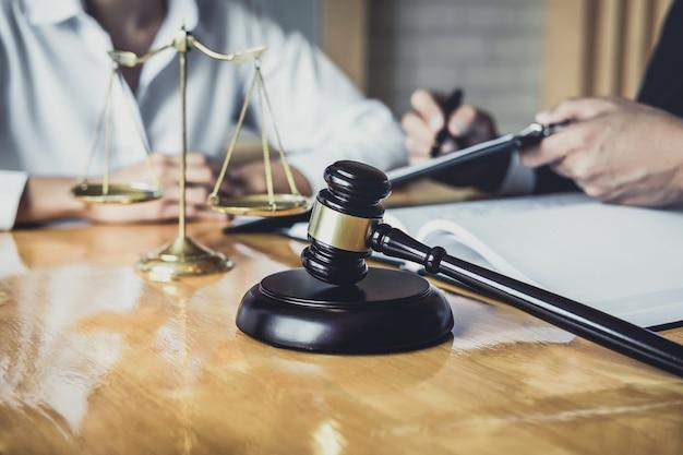 Männlicher anwalt, der im gerichtssaal arbeitet, hat treffen mit klient