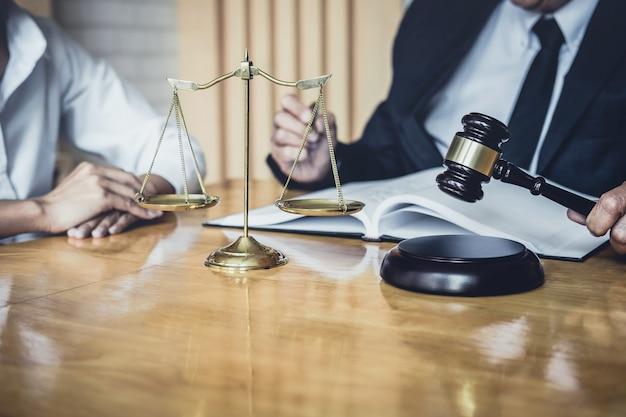 Männlicher anwalt, der im gerichtssaal arbeitet und treffen mit dem klienten hat