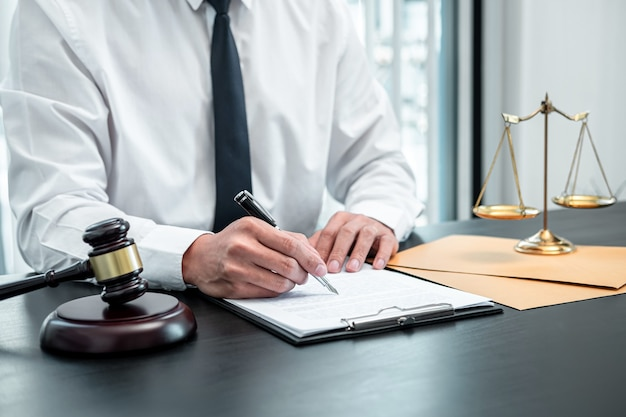 Männlicher anwalt, der mit einem rechtsfalldokumentvertrag in büro, recht und justiz arbeitet
