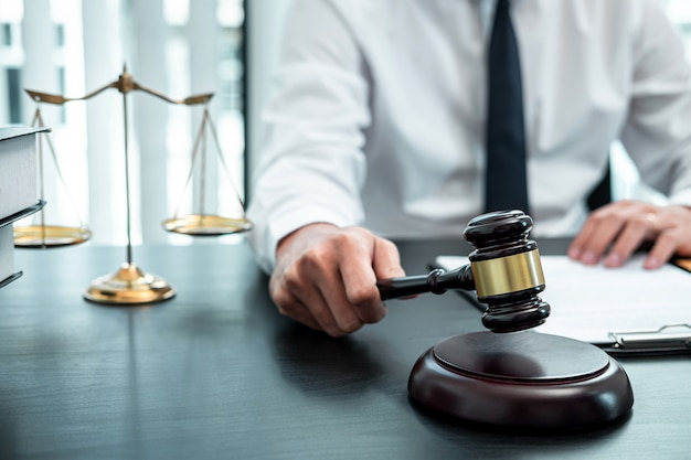 Männlicher anwalt, der mit rechtsdokumentvertrag in amt, recht und gerechtigkeit, anwalt arbeitet