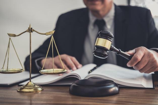 Männlicher anwalt oder richter, der mit vertragspapier arbeitet