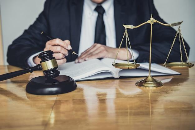 Männlicher anwalt oder richter, der mit vertragspapieren arbeitet