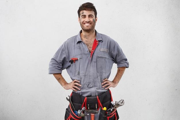 Männlicher arbeiter, der arbeitskleidung trägt