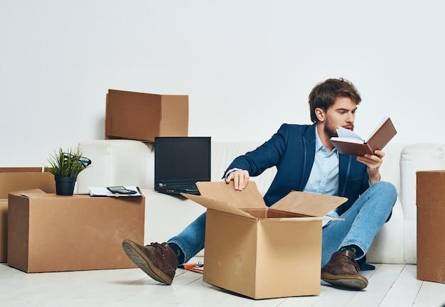 Männlicher arbeiter, der dinge packt, die arbeitsprofis bewegen
