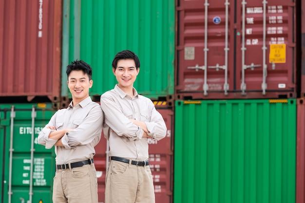 Männlicher arbeiter der hafencontainerlogistik