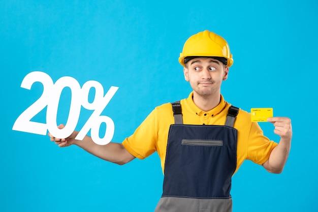 Männlicher arbeiter der vorderansicht in uniform mit schrift und kreditkartenblau