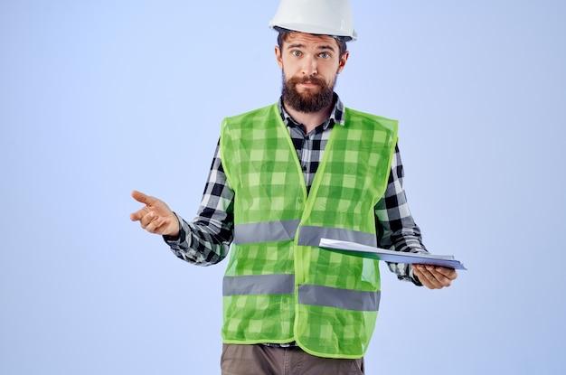 Männlicher arbeiter in einem grünen vestconstruction arbeitsdesign isolierten hintergrund. foto in hoher qualität