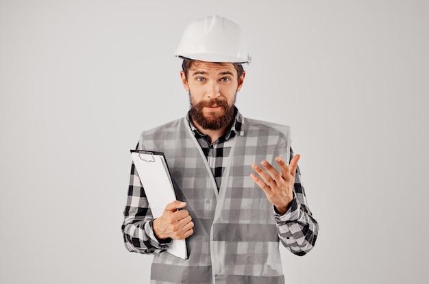 Männlicher arbeiter in einem hellen hintergrund des grauen westenbauarbeitsdesigns