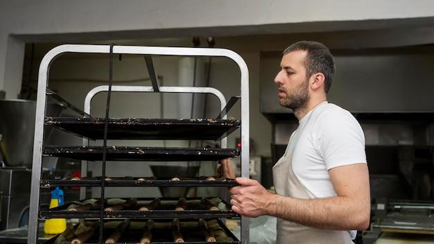 Männlicher arbeiter in einer brotfabrik