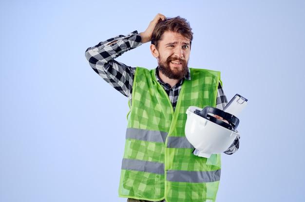 Männlicher arbeiter in einer grünen westekonstruktionsarbeitsdesignstudioindustrie