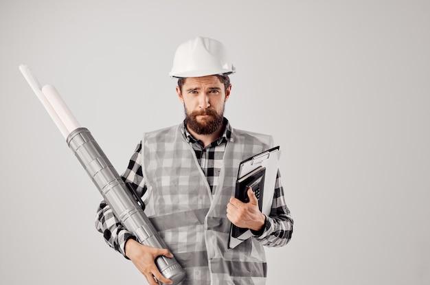 Männlicher arbeiter mit dokumenten und zeichnungen blaupausen heller hintergrund