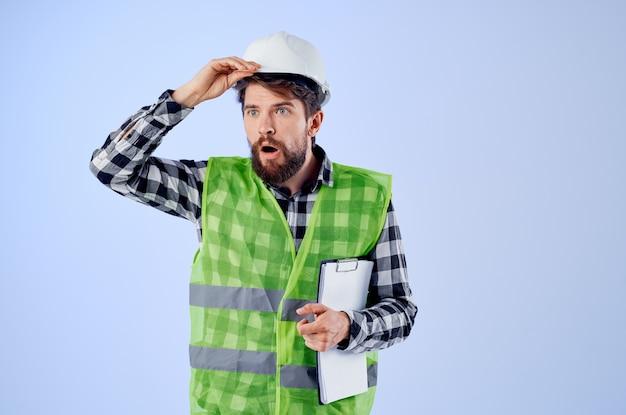 Männlicher arbeiter mit dokumenten und zeichnungen blaupausen studioindustrie. foto in hoher qualität