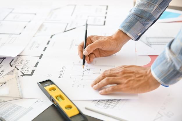 Männlicher architekt, der im büro arbeitet, nahaufnahme