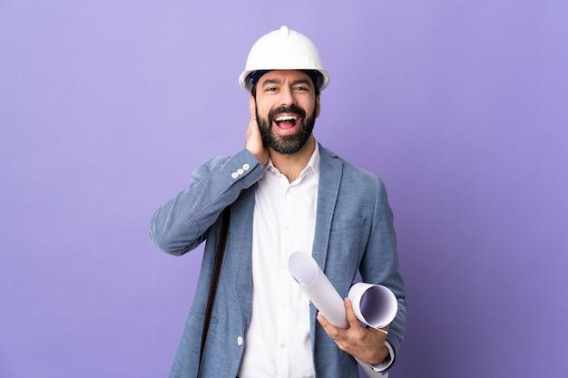 Männlicher architekt, der mit helm aufwirft