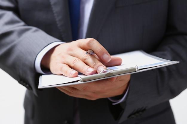 Männlicher arm in anzug und krawatte füllen form abgeschnitten