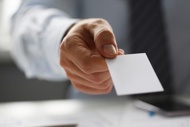 Männlicher arm in der klage geben der besuchernahaufnahme leere telefonkarte.