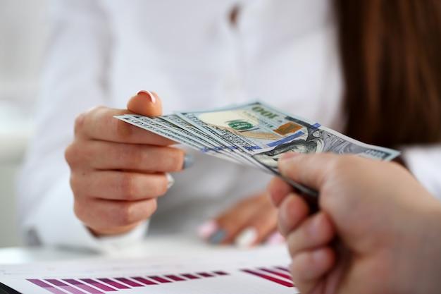 Männlicher arm zahlen ein paar hundert-dollar-scheine