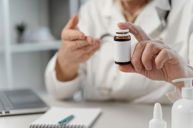 Männlicher arzt, der dem patienten pillen verschreibt