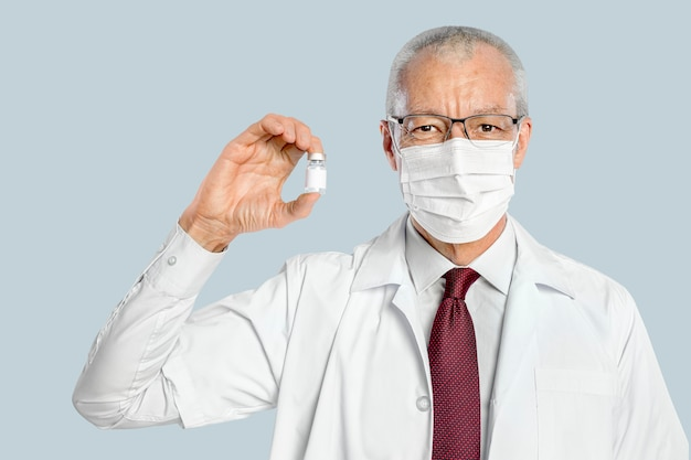 Männlicher arzt, der eine impfstoffflasche hält