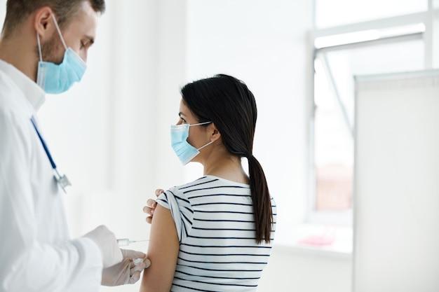 Männlicher arzt, der einen schuss in die schultergesundheitsinjektion gibt