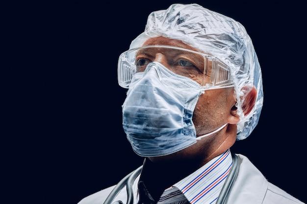 Männlicher arzt, der schutzmaske und schutzbrille trägt